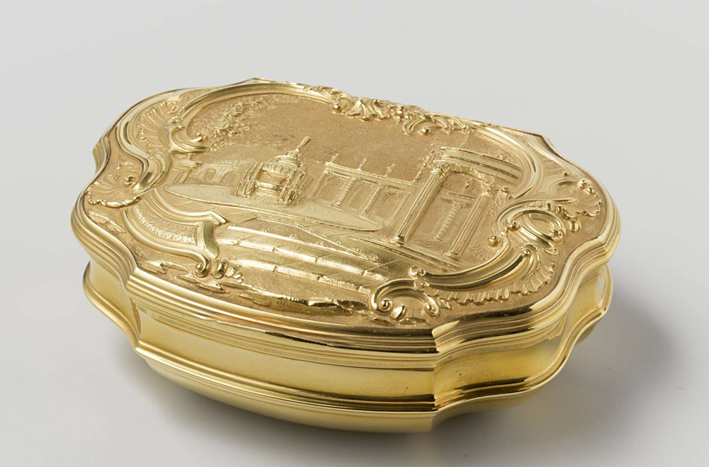 fancy snuff box. made of solid gold.